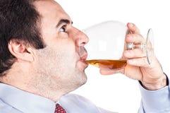виски выпивая стекла бизнесмена Стоковые Фотографии RF