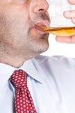 виски выпивая стекла бизнесмена Стоковые Изображения