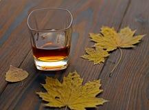 Виски в стекле на таблице стоковое фото rf