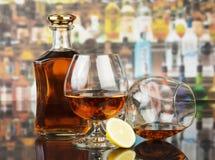 Виски в стеклах и бутылке Стоковые Фото
