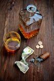 Виски в стекле с годом сбора винограда сигары Стоковые Изображения