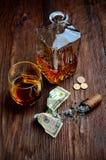 Виски в стекле с годом сбора винограда сигары Стоковое Фото