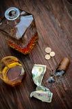 Виски в стекле с годом сбора винограда сигары Стоковая Фотография