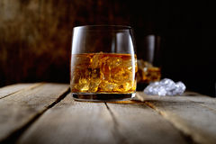 Виски и лед в прозрачном стекле на деревянной предпосылке Стоковые Фото