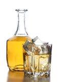 Виски и лед на белизне Стоковые Изображения