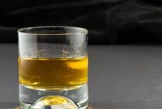 Виски и лед с черной предпосылкой Стоковая Фотография RF