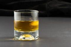 Виски и лед с черной предпосылкой Стоковое фото RF