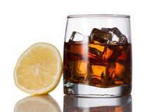 Желтый цвет, виски, отражение, melts, лимон, лед, стекло, слепимость, питье, конгяк, рябиновка, спирт Стоковые Изображения