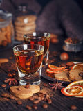 Виски или настойка, печенья, специи и украшения на деревянном ба Стоковые Фото