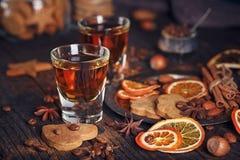 Виски или настойка, печенья, специи и украшения на деревянном ба Стоковое Фото