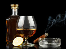 Виски и куря сигара Стоковое фото RF