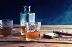 Виски и сигара на деревянном столе Стоковое Изображение