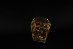 Виски пробуя стекло, виски в стекле, черную предпосылку, лед Стоковое Изображение RF