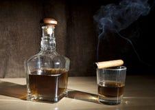 Виски сигары и стекла Стоковые Фото