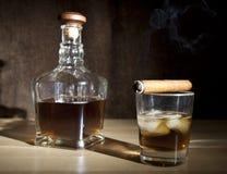 Виски сигары и стекла Стоковое Изображение