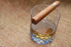 виски сигары кубинский стеклянный Стоковое фото RF