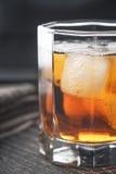 Виски с льдом на вертикали деревянного стола Стоковые Фото