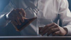 Виски человека конца-вверх выпивая от стекла самостоятельно в баре Концепция алкоголизма акции видеоматериалы