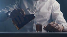 Виски человека конца-вверх выпивая от стекла самостоятельно в баре Концепция алкоголизма сток-видео