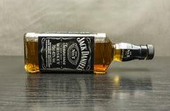 Виски ` s Теннесси Даниеля Даниеля бутылки лежит на таблице Стоковое Изображение RF
