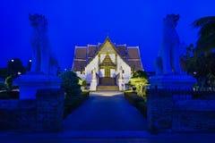 Висок во время twilight голубого часа - висок Таиланда Wat Phumin стоковые изображения