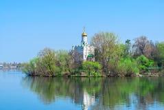 Висок в парке на озере Стоковые Изображения RF