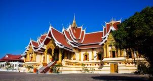 Висок и голубое небо в Лаосе, предпосылке текстуры стоковые изображения