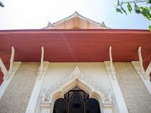Висок крыши щипца, деревянный материал миномета, Бангкок, Таиланд стоковые фотографии rf