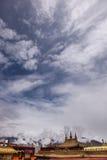 висок крыши jokhang cloudscape золотистый Стоковое Изображение RF