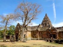 Висок кхмера впечатляющего ранга Prasat Hin Phanom старый под живым голубым небом, провинцией Buriram Стоковые Изображения RF