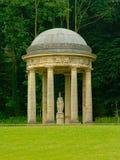 Висок к богине Minerva в саде Englisih замка Alden Biesen, Бельгии стоковые фотографии rf