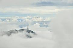 Висок на вершине холма между туманом, Petchabun, Таиландом стоковые изображения