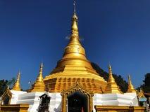 Висок на Мьянме с ясным небом Красивые каникулы на виске стоковые фотографии rf