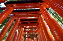 Висок очаровывает столбец ворот Torii красный в Осака Японии стоковые фотографии rf