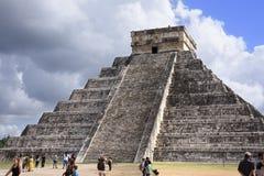 Висок пирамиды El Castillo Kukulkan в руинах Chichen Itza, Стоковая Фотография RF
