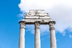 Висок рицинуса и Поллукса, итальянский: Dei Dioscuri Tempio Старые руины римского форума, Рима, Италии Детальный взгляд стоковое фото rf