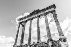 Висок Сатурна - руин со старыми историческими столбцами Римские археологические раскопки форума, Рим, Италия стоковое изображение