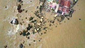 Висок стоит на мелководном море заполненном с глиной песка сток-видео