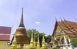 Висок с золотыми пагодами стоковые фотографии rf