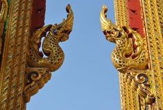 Висок Таиланд nonthaburi wat статуи Naga золота buakwan Стоковое Изображение RF