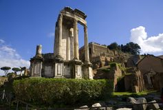 Висок форума Рима Италии богини Vesta стоковые фотографии rf