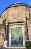 Висок форума Рима Италии двери Romulus римского стоковое изображение rf