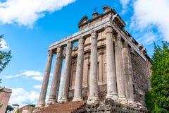 Висок Antoninus и Faustina, римского форума, Рима, Италии стоковое фото