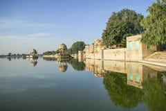 Висок Gadi Sagar на озере Gadisar с отражением Стоковые Фотографии RF