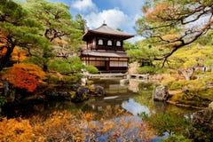 Висок Ginkakuji сцены осени в Киото, Японии Стоковая Фотография