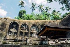 Висок Gunung Kawi Каменная пещера в Gunug Kawi древний храм расположенный около Ubud, Бали Стоковое Изображение