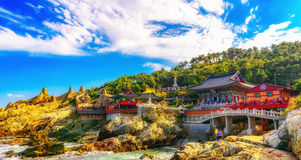 Висок Haedong Yonggungsa и море Haeundae в Пусане Стоковые Изображения