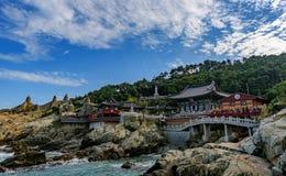 Висок Haedong Yonggungsa и море Haeundae Стоковые Изображения RF