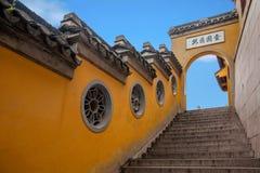 Висок Jinshan в Цзянсу Zhenjiang Menting и стенах вокруг надписи вышел позади Стоковые Изображения RF