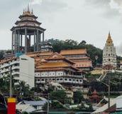 Висок Kek Lok Si осмотренный от воздуха Itam на городке Джордж Panang, Малайзия Стоковое фото RF